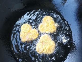 香煎午餐肉,锅里放油,煎至两面金黄即可