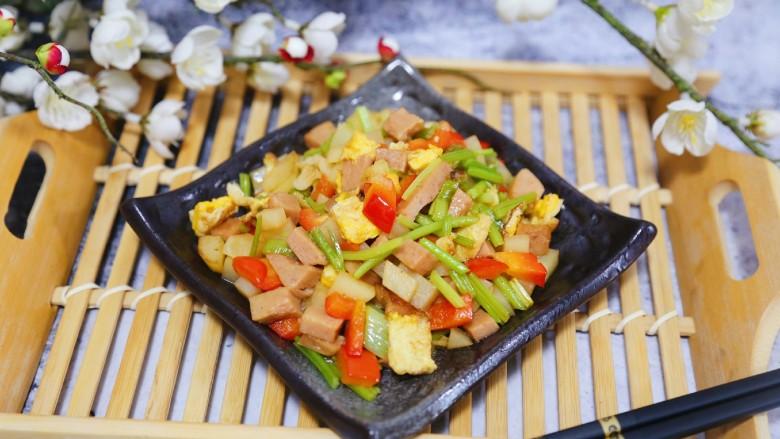 香煎午餐肉,剩下的边角料也不要浪费,随便放些蔬菜炒一下就好,一个午餐肉两吃嘿嘿。一顿饭搞定。