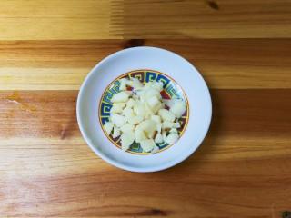 金蒜荷兰豆,蒜瓣剥去皮切成粒