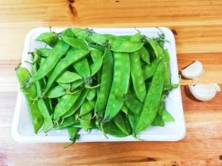 金蒜荷兰豆,准备好荷兰豆和蒜瓣