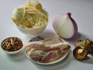 香菇肉酱拌面,材料准备好