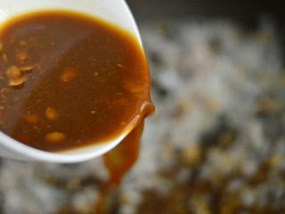 香菇肉酱拌面,倒入酱汁