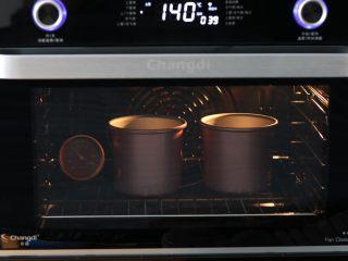 红糖桂圆戚风蛋糕,放入已预热至140℃ 上下火,置于中层 烘烤45分钟;温度时间仅供参考,请以自己烤箱实际情况为准