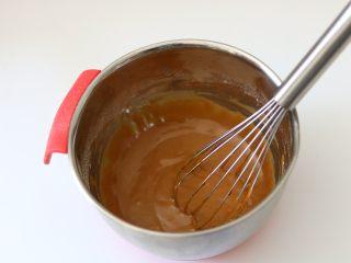 红糖桂圆戚风蛋糕,画Z字型混合至无干粉状态