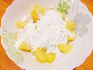 糖醋土豆块,倒入适量淀粉