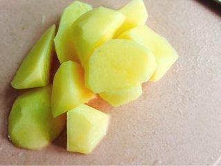 糖醋土豆块,洗净去皮滚刀切法