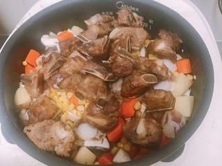 土豆排骨焖饭,排骨加入老酒锅中煮十分钟,去血水,去腥, 沥干水分,放入油锅炸五分钟,炸至金黄捞起, 电饭锅加入两杯米,洗净, 胡萝卜,土豆,切块,蘑菇切片, 电饭锅里依次加入土豆,胡萝卜,蘑菇,排骨,撒上玉米粒, 开始进入正常煲饭状态。