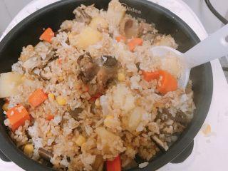 土豆排骨焖饭,米饭熟了后,加入酱油适量,拌均匀,再盖上盖子, 焖五分钟。