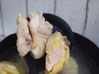 竹荪鸡汤,大火烧开捞出浮沫,再捞出备用