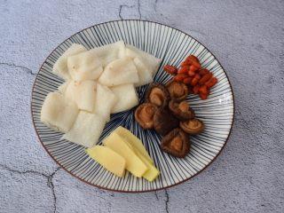 竹荪鸡汤,竹荪洗净去头尾,取中间部分切成段,香菇、枸杞洗净沥干水份备用