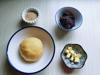 黄金南瓜芝麻球,黄油从冰箱取出,切小块,隔水融化备用。