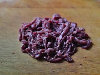 洋葱牛肉丝,牛肉逆着纹理切细丝