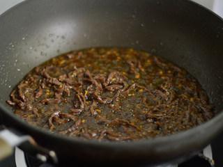 洋葱牛肉丝,调入酱油和料酒
