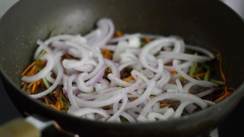 洋葱牛肉丝,加入洋葱,翻炒一阵