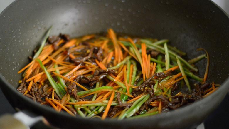 洋葱牛肉丝,再放入胡萝卜和青椒炒至断生