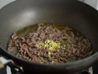 洋葱牛肉丝,翻炒至变色后放入姜末炒匀