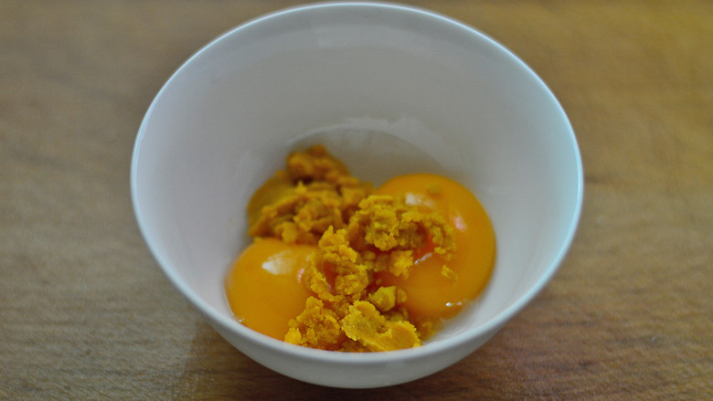 赛螃蟹,放入蛋黄碗中