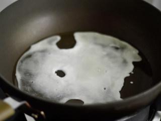 赛螃蟹,锅里加入少许油,倒入蛋白液