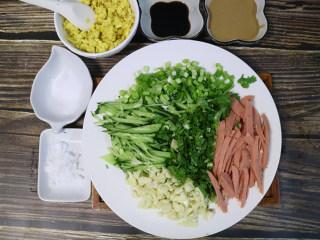 凉拌面,芝麻酱澥开:两大勺芝麻酱、一勺面酱、一勺生抽、一勺醋、小半勺盐,搅拌均匀,如果还干的话,再加一点凉白开继续搅拌,所有配菜都准备好。