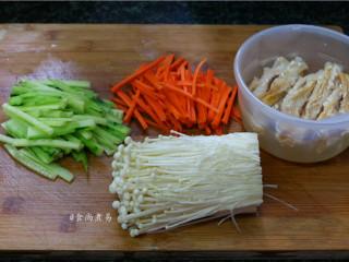 素菜培根卷,金针菇洗净切去头部、腐竹浸泡软、黄瓜、胡萝卜分别洗净切丝