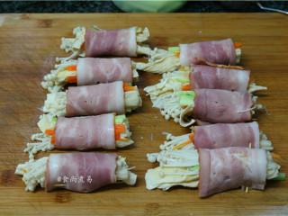 素菜培根卷,将金针菇、胡萝卜、黄瓜、腐竹用培根片卷起,接口处用牙签固定