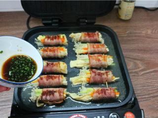 素菜培根卷,调好的酱汁均匀淋在上面,遮上盖子,继续煎1分钟即可