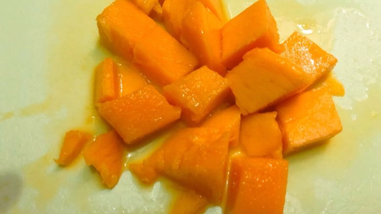 简易版+芒果双皮奶,芒果去皮切小块待用