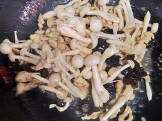白玉菇木耳炒鸡脯肉,加1勺生抽,1勺耗油,适量盐,少许白糖,十三香翻炒2分钟