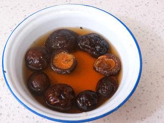 好方法成就好味道【酱炒杂蔬乌冬面】,干香菇提前用冷水泡发