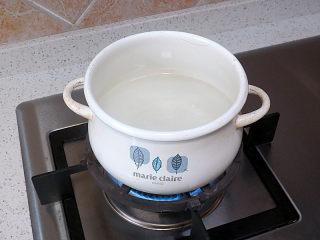 好方法成就好味道【酱炒杂蔬乌冬面】,煮面。锅中加水,煮沸