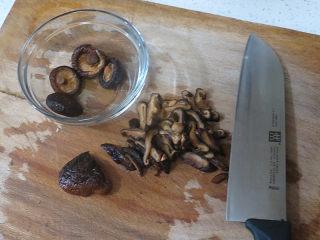 好方法成就好味道【酱炒杂蔬乌冬面】,泡发好的香菇同样切成丝状备用