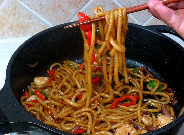 好方法成就好味道【酱炒杂蔬乌冬面】,翻拌炒匀,美味的酱炒杂蔬乌冬面完成