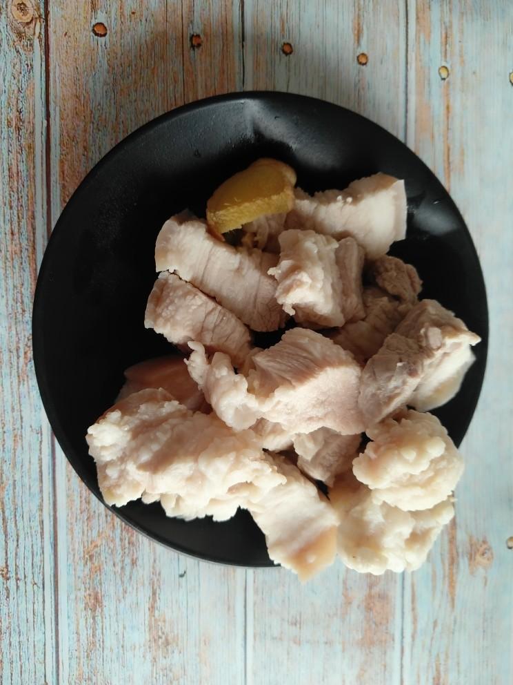 五花肉烧莲藕,焯完水的五花肉用清水冲洗干净,沥干水分。