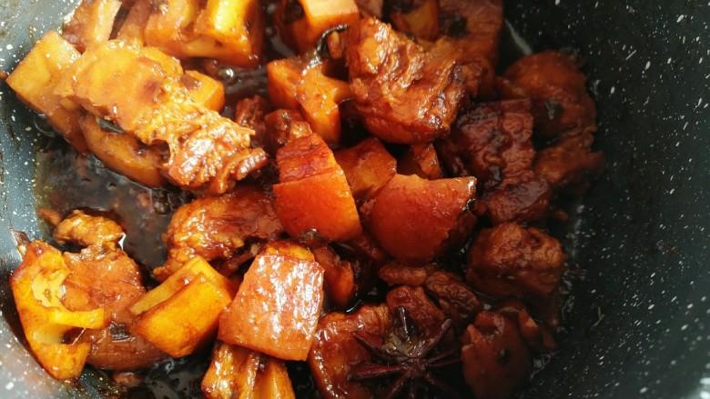 五花肉烧莲藕,中小火煮至五花肉软烂。