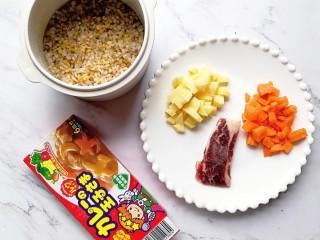 宝宝辅食—咖喱牛肉烩饭,准备好食材:胡萝卜和土豆切丁