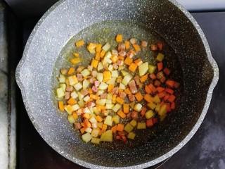 宝宝辅食—咖喱牛肉烩饭,倒入一碗清水