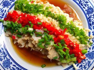 花样金针菇,放上青红辣椒碎,蒜末,葱花