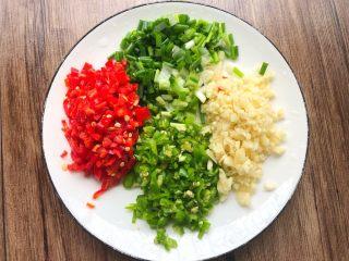 花样金针菇,青红椒洗净切末,蒜头去皮切末,冲洗干净切成葱花