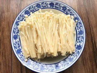 花样金针菇,浸泡好的金针菇冲洗干净,拧干水分,摆入盘里
