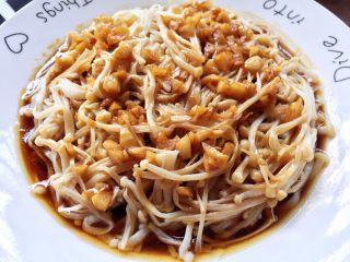 蚝油金针菇,淋至金针菇上