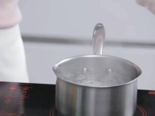 自制酸奶,用准备做酸奶的奶锅,将一锅水煮至沸腾,保持沸腾的状态。