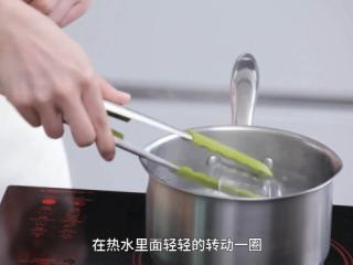 自制酸奶,把用于制作酸奶的器皿和勺子放入沸腾的水中进行高温消毒,取出后在晾架上倒扣晾干。
