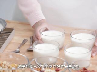 自制酸奶,制作好的酸奶可以马上食用,也可以放入冰箱冷藏,冷藏后口感更好。