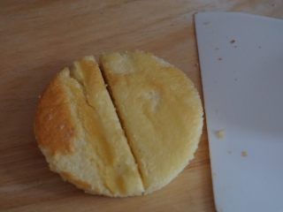 肉松小贝,烤好的蛋糕用模具印出圆形蛋糕,对半切开