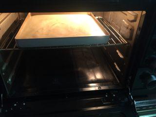 肉松小贝,放入预热好的烤箱中层以150℃上下火烤30分钟