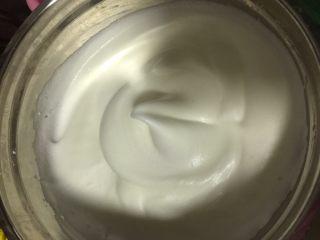 肉松小贝,在容器壁的蛋白霜要用刮刀刮入一起打发至细腻