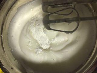肉松小贝,然后分3次加入糖粉,用打蛋器打发,每次鱼眼变小变细腻时加入糖粉,最后一次加入糖粉连同生粉加入打发至蛋白硬性发泡