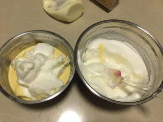 肉松小贝,取1/2蛋白霜到面糊中,用刮刀十字划拌均匀