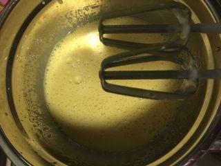 肉松小贝,蛋黄加入植物油用打蛋器打至蛋黄稍微发白,然后倒入纯牛奶用打蛋器搅拌均匀