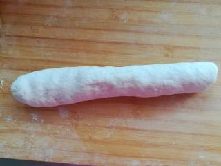 红豆卷,醒发好的面团揉匀排气,搓长条